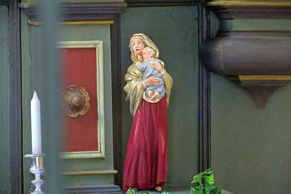 © Traudi - Alt Ave Maria - kleine Marienstatue auf dem Altartisch