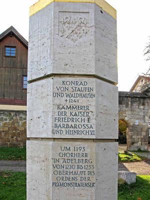 © Traudi - Stele vor dem Kloster