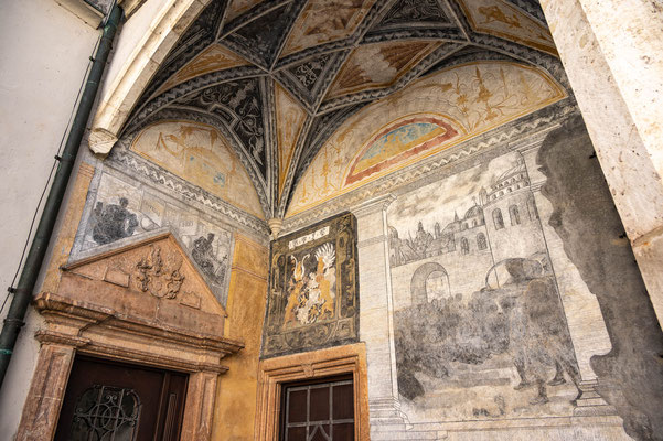 © Traudi - Arkaden im Innenhof mit Sgraffito-Malereien