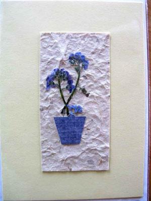 Foto  (c) Traudi  Vergissmeinnicht-Blüten in Tapetenrest-Töpfchen auf geschöpftem Papier