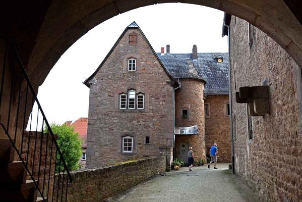 © Traudi - Blick auf eines der bastionsartig platzierten Wirtschaftsgebäude. Links die Zwingermauer, rechts das Schloss