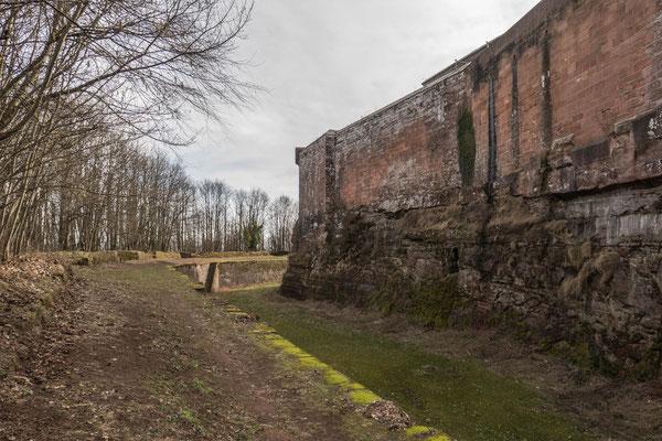 © Traudi - Rundgang außerhalb der Mauern. Der Graben war stets trocken, wurde aber mehrmals weitergegraben und ausgebaut.