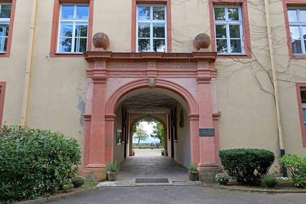© Traudi - Durchgang durch den barocken Palais aus dem Jahre 1729, wurde 1970/1971 imd 1977/1978 für die Heimvolkshochschule ausgebaut.