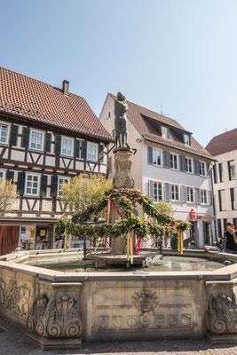 © Traudi - Marktbrunnen, österlich geschmückt