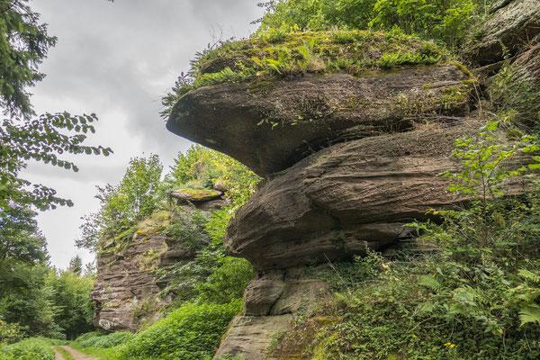 © Traudi - Die mächtigen Felsen unterhalb des Klosters