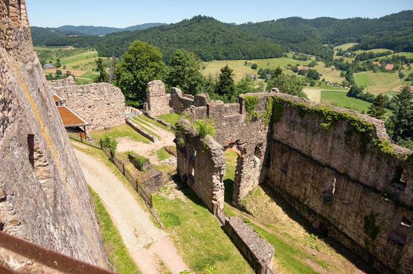 © Traudi - Blick hinunter zum Küferhof aus dem 14. Jh.  (im Hintergrund) mit Wehrmauern, Küferei, Pfisterei (Bäckerei), Mühle