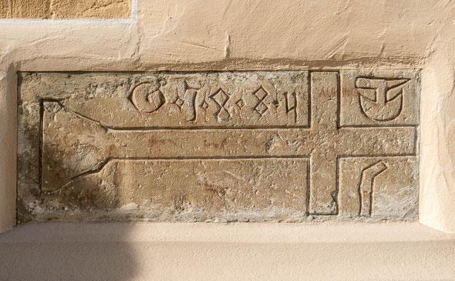 © Traudi - alter Grabstein, eingemauert neben dem Haupteingang