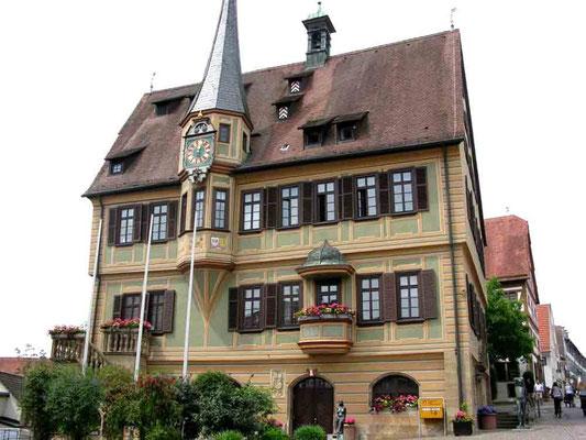 09.06.2010 (c) Traudi  -  Das Rathaus ist ein dreistöckiger Fachwerkbau von 1507. Der Archivturm stammt aus dem Fahre 1564. 1602-1608 wurde das Rathaus modernisiert und im 18. Jahrhundert bereichert mit der Kunstuhr, Freitreppe und der Verkündkanzel.