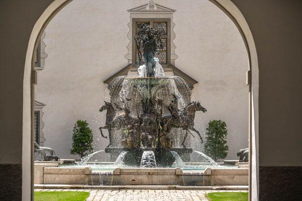 © Traudi - der Marienbrunnen im Innenhof. Auf den vier Hauptachsen des Brunnens sind vier von insgesamt acht wichtigen Vertretern des Adelshauses Waldburg der Linie Zeil-Trauchburg abgebildet.