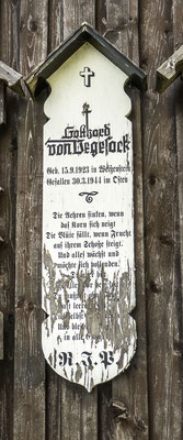 © Traudi - an der Weißensteiner Kapelle bei Regen. Totenbrett vom Sohn des Dichters Siegfried Vegesack