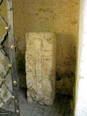 © Traudi - Steinkreuz in einer Nische