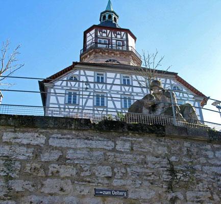 © Traudi  -  Kriegerdenkmal mit Stadtturm