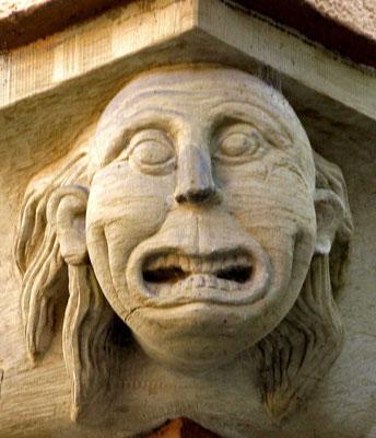 © Traudi - Wilder Mann. Die Maske glotzt mit starren Augen und aufgerissenem Mund nach unten.