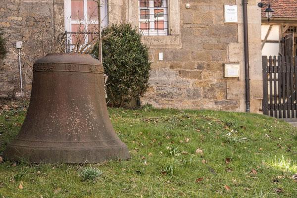 © Traudi - alte Glocke vor dem Pfarrhaus