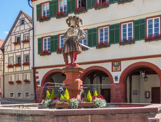 © Traudi - Der obere Marktbrunnen vor dem Rathaus aus dem Jahre 1537 wird von einem Wappner geziert. Gelegentlich wird die Figur auch als Standbild Kaiser Karls V. gedeutet, welcher der Stadt einen Wegzoll als Lohn für Religionstreue verlieh.