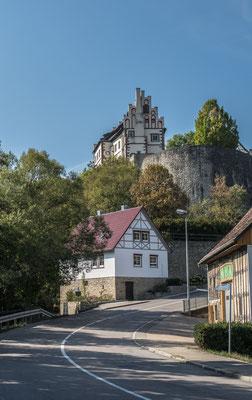 © Traudi - Die Spitze der Bergzunge steigt mit senkrechten Wänden steil aus dem Bühlertal auf. Die gewaltige Bastion bildete den unteren Burghof und war mit Kasematten befestigt.