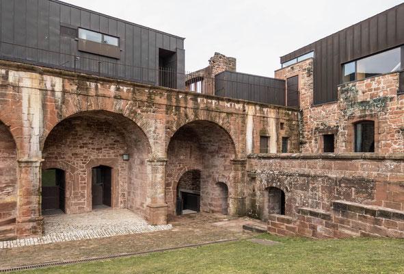 © Traudi - Aus dem Mittelalter stammendes Gebäude, das später als Kaserne diente und über einer Reihe aus im Jahr 1821 errichteten Arkaden auf den Burghof führt.