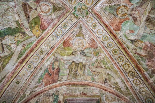 © Traudi - Evangelist Johannes. Er hält eine Schriftrolle mit Adlerkopf und -kralle an den jeweiligen Enden, das symbol für die Himmelfahrt.