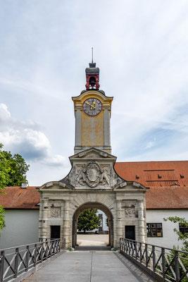 © Traudi - Am Rande des Schlosshofs geht man durchs Tor mit dem barocken Torturm.