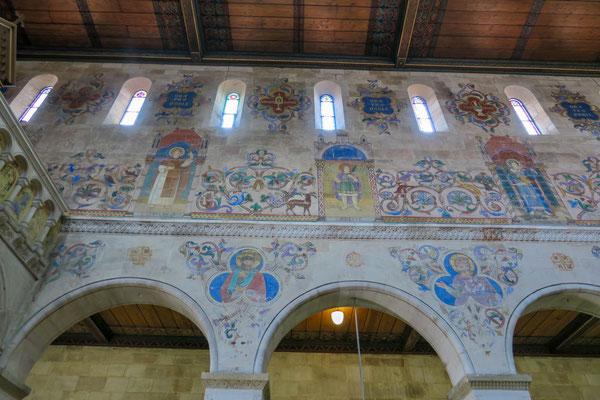 © Traudi - der Hl Bernadus und Vitus (oben v. links), umgeben von dekorativen Elementen,  deren Ausmalung mit vorher angefertigter Schablonen bewerkstelligt wurde.