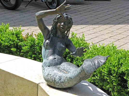 © Traudi – Burgruine Staufeneck, Skulpturen im Burghof