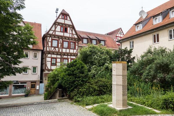 © Traudi - Stauferstele vor dem Haupteingang