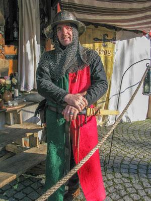© Traudi – Dieser Ritter führt Kinder (Kindergarten) durch den Mittelaltermarkt und erklärt ihnen die alte Handwerkskunst.