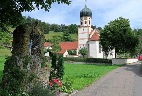 © Traudi - Mitten in Bichishausen steht die im Jahr 1735 im Barockstil erbaute katholische Pfarrkirche, deren Schutzpatron der Heilige St. Gallus ist.