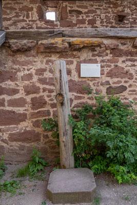 © Traudi - Der originale Halsring des Prangers stammt aus dem 17. Jh.  An ihm wurden Urteile vollstreckt, die das Gericht erließ: Bettelei, Landstreicherei, Frevel gegen das Eigentum der Obrigkeit, üble Nachrede oder Zanksucht.