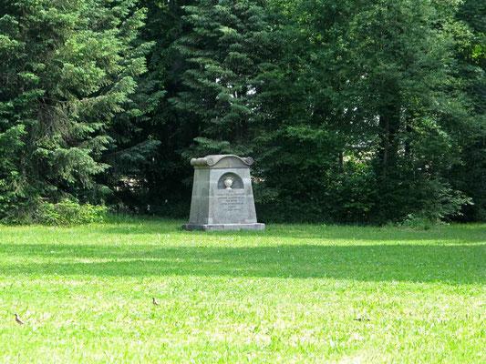 © Traudi - Denkmal für Maria Charlotte von Sturmfeder (1800) im Schlosspark