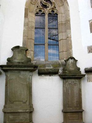 ©Traudi *** Ulrichskapelle, alte Grabsteine an der Kapelle
