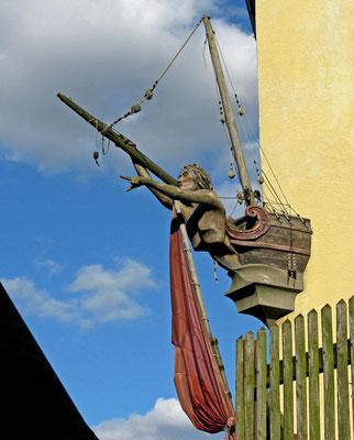 """© Traudi  -  Skulpturenweg am Ölberg. Hier: """"Der Fortschritt"""". Soll zeigen, dass wir alle in einem Boot sitzen. Die Figur weist den Weg: Vorwärts!"""
