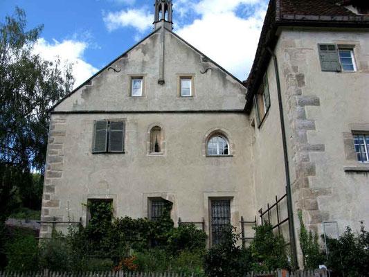 Kloster Bebenhausen, Gebäude beim Kräutergarten. An der Fassade ist ein Vogelhaus mit gotischem Turmhäuschen - (c) Traudi