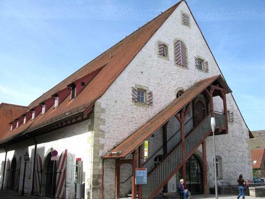 ©Traudi / Stadthalle Alte Kelter. 1591 als zur Unteren Burg gehörendes Wirtschaftsgebäude errichtet. Großer Gewölbekeller mit alten Holzfässern (das Größte nimmt 27.480 Liter auf.