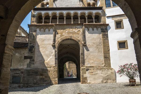 © Traudi - Durchgang unterhalb der Michaeliskirche