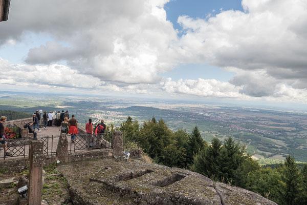 © Traudi - Blick ins Land, im Vordergrund die Merowinger-Gräber