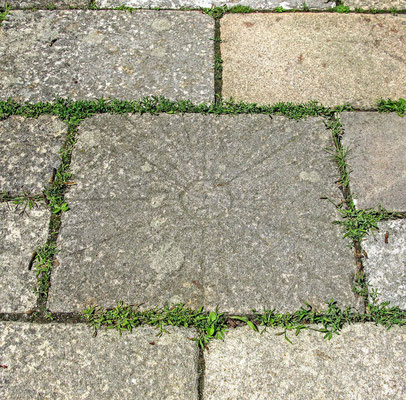 © Traudi - in Neckarthailfingen: Steinplatte auf dem Weg zur Kirche