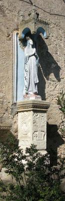 Statue vor der Kirche: Maria Magdalena - © Traudi
