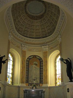 © Traudi  -  Der einheitlich tempelartig klassizistische Stil prägt den hellen Innenraum der Kirche.