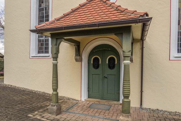 © Traudi - Eingang  zur St. Nikolaus-Kirche in Oberwälden