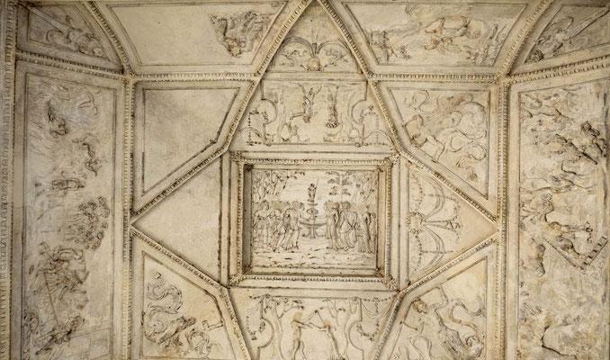 © Traudi - Im Tor: Reliefs an der Decke