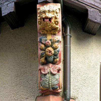 © Traudi - Mischwesen (ca. 1587) Einer der schönsten Schreckköpfe, ein löwenartiges Gesicht mit heraushängender Zunge und durchdringendem Blick sitzt oberhalb der Pflanzenelemente.