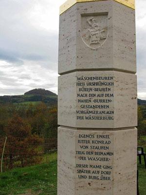 © Traudi – November 2014 - Wäschenbeuren, Wäscherschloss - Stele, im Hintergrund der Hohenstaufen