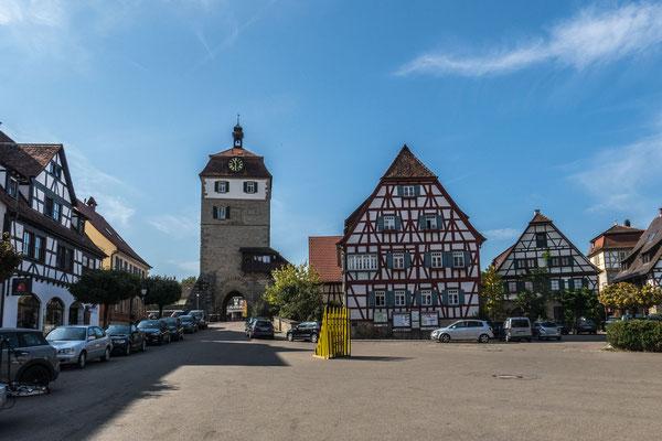 © Traudi - Der fünfgeschossige Stadttorturm ist das höchste Gebäude im Städtle. Er wurde von 1466 bis 1489 erbaut. Beim großen Stadtbrand im Jahre 1902 wurde der obere Teil des Turms Opfer der Flammen. Man hat ihn 1905 wieder aufgebaut.