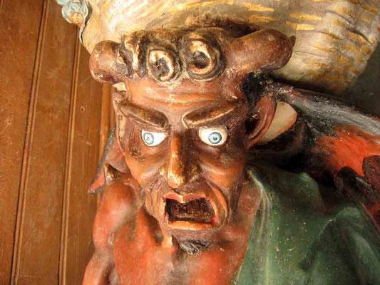 Am Eingang ein Teufel welcher den Weihwasserkessel trägt, Asmodeus, der hinkende Teufel, Wächter des Tempel des Salomo.  - © Traudi