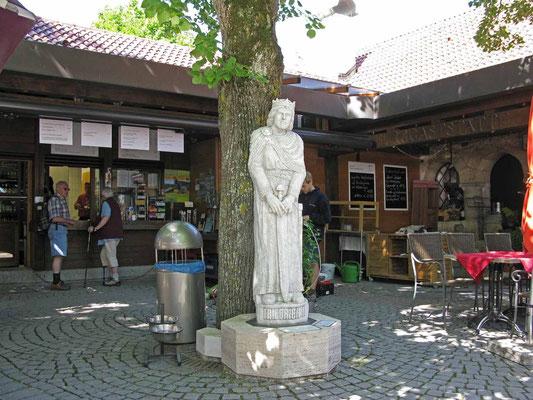 © Traudi – Hohenneuffen, Statue vom Kaiser Friedrich II. (Barbarossa)  und Gaststätte