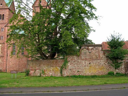 © Traudi - Klostermauer mit Wappen