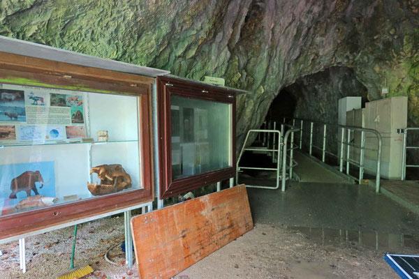 © Traudi - Hohle Fels, Eingang durchs Gitter fotografiert.