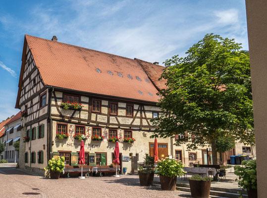 """© Traudi - Das ehem. Bürgerhaus """"Scharfeck"""" wurde 1554 erbaut auf der nördlichen Stadtmauer. Bemalung von 1901 und 1938"""