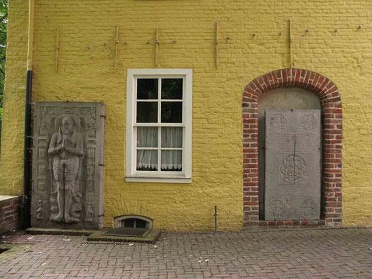 © Traudi – Manningaburg in Pewsum, im Innenhof